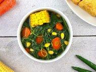 Бърза индонезийска постна веган спаначена супа със спанак, моркови и царевица